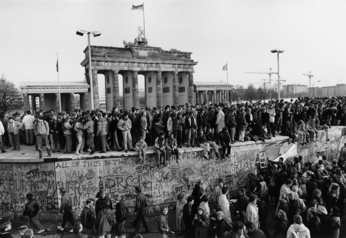 The-Fall-of-the-Wall-Berlin-1989-Barbara-Klemm